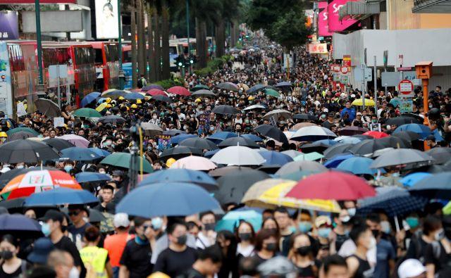 Kljub vedno strožjim ukrepom oblasti protestniki vztrajajo pri tedenskih demonstracijah. Poleg pozivov k večji demokratizaciji družbe, pozivajo tudi k odstopu voditeljice Hongkonga Carrie Lam. FOTO: Reuters
