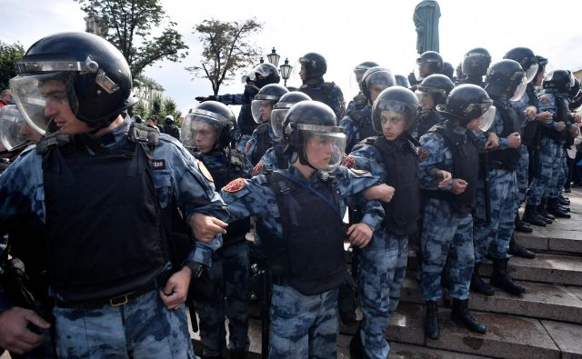Pred začetkom protestov so varnostni organi zaprli središče mesta z železnimi ograjami, območje preletava tudi policijski helikopter. Foto: Afp