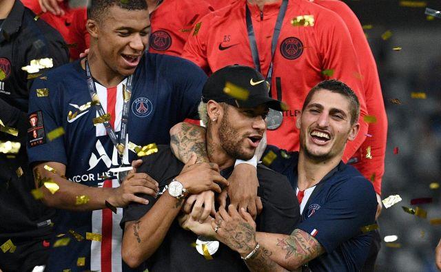 Prve lovorike v novi sezoni se je s soigralci razveselil tudi Neymar, ki si sicer želi zapustiti Pariz. FOTO: AFP