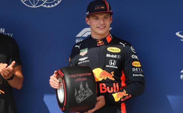 Max Verstappen z nagrado za najboljšega v kvalifikacijah. FOTO: AFP
