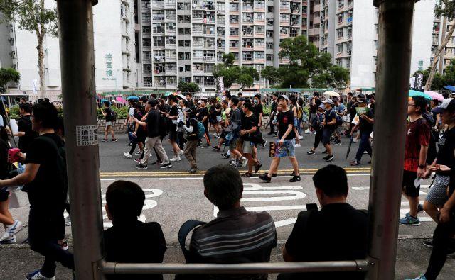 Prvi današnji shod se je začel popoldne po lokalnem času v četrti Tseung Kwan O. FOTO: Tyrone Siu/Reuters