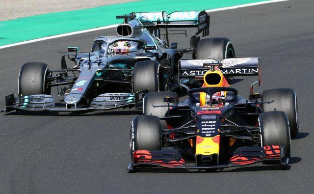 Max Verstappen ob koncu ni mogel odbiti napada Lewisa Hamiltona (zadaj). FOTO: AFP