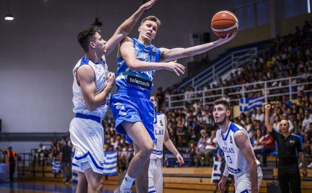 Gregor Glas (z žogo) je bil najučinkovitejši slovenski mladinec na letošnjem EP. FOTO: FIBA