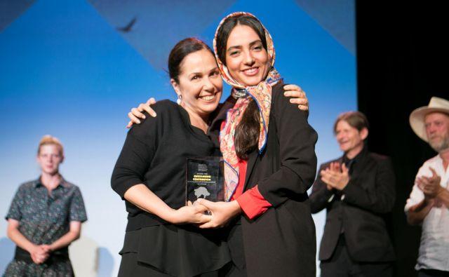 Elaheh Nokbaht je iz rok turške producentke prejela priznanje za žensko v filmski industriji - ajdovska deklica FOTO: Luka Škulj