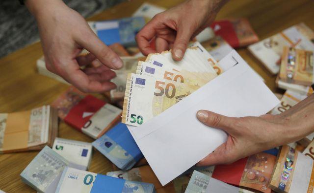 Denar za javni sektor bo – a z zamudo. FOTO: Leon Vidic/Delo