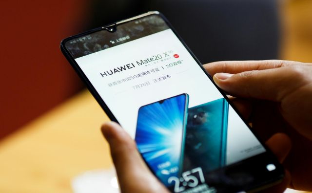 Bo naslednik telefona mate 20 opremljen z novim operacijskim sistemom? FOTO: Thomas Peter/Reuters