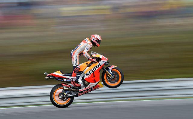 Po teoriji bi se moral niz uspehov Marca Marqueza v letošnjem motociklističnem SP prekiniti na veliki nagradi Češke, še posebej, ker Masarykovo dirkališče velja za Ducatijevo dvorišče. Toda tokrat Španec ni le prepričljivo prekosil lanskega zmagovalca Andreo Doviziosa, s tekmeci je počel, kar je želel, in se šestič v sezoni povzpel na najvišjo stopničko zmagovalnega odra. V Brno je prispel z 58 točkami naskoka pred najbližjim zasledovalcem. FOTO: Michal Cizek/AFP