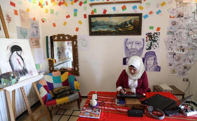 Striparka Amani al-Ali v svojem delovnem studiu v Idlibu.FOTO: AFP