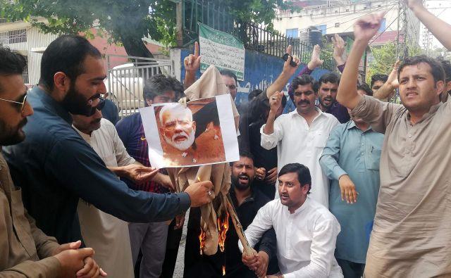 Pakistanski protestniki zažigajo fotografijo indijskega premiera Narendre Modija v Muzafarabadu, upravnem središču pakistanskega dela Kašmirja. Foto AFP