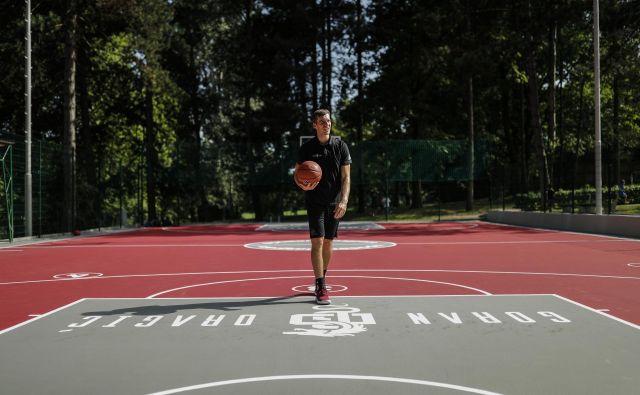 Goran Dragić je poleg košarkarskih uspehov znan po dobrodelnosti in vračanju lokalnemu okolju. Na Rogli že šest let navdušuje mlade košarkarje in nanje prenaša svoje vrednote, letos pa se je odločil za nadgradnjo. FOTO: Uroš Hočevar/Delo