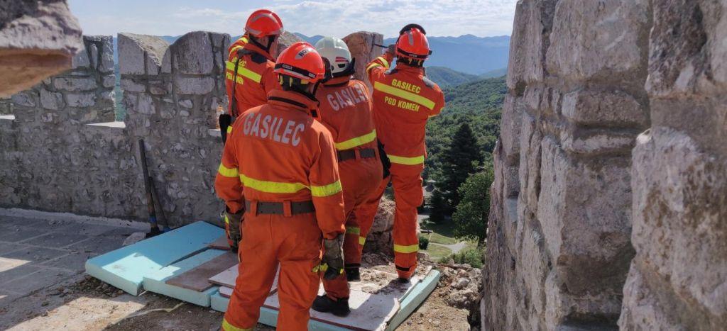 FOTO:Strela odkrušila del stolpa v Štanjelu