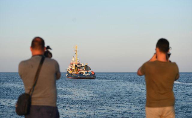 Vloga nevladnih organizacij, kakršna je Sea Watch, pri reševanju ljudi v Sredozemlju, je po besedah predstavnikov OZN neprecenljiva. Foto Reuters