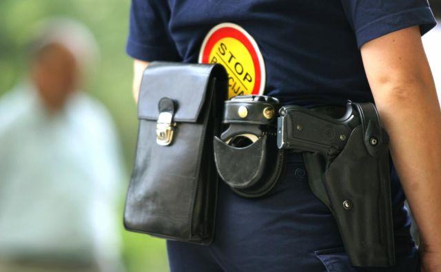 64-letni moški je domnevno grozil, da bo uporabil pištolo. FOTO: Roman Šipič/Delo