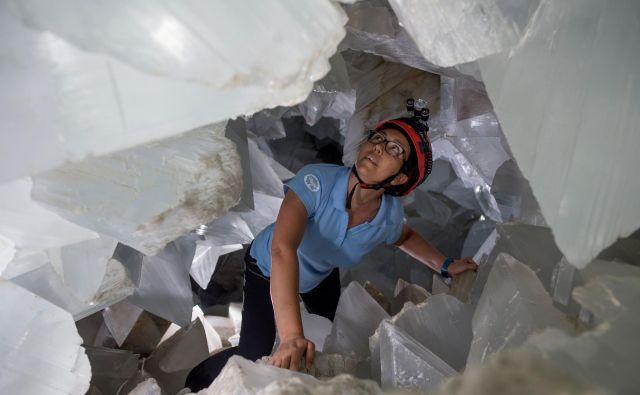 Geologinja Milagros Carretero občuduje notranjost velikanske geode v zapuščenem rudniku Pilar de Jaravia Foto AFP
