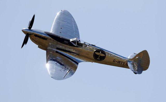 Britanska pilota Steve Brooks in Matt Jones, sta z obnovljenim bojnim letalom Silver Spitfire iz druge svetovne vojne vzletela iz letališča Goodwood v angleškem mestu Chichester in se odpravila na pot okoli sveta, kar ni uspelo še nikomur. FOTO: Adrian Dennis/AFP