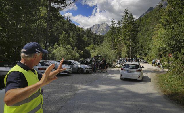 Avgusta lani so promet v dolino Vrata umirjali eno soboto, letos jo bodo tri konce tedna (s prazničnim podaljškom vred). FOTO: Jože Suhadolnik/Delo