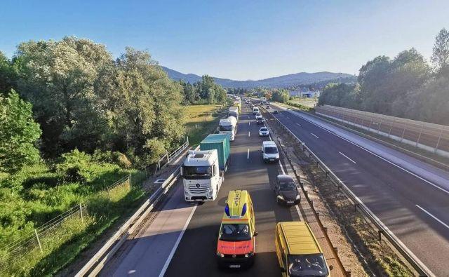 Primer dobre prakse, kako so se vozila pravilno razvrstila na levo in desno. FOTO: Ustvarimo reševalni pas na avtocestah