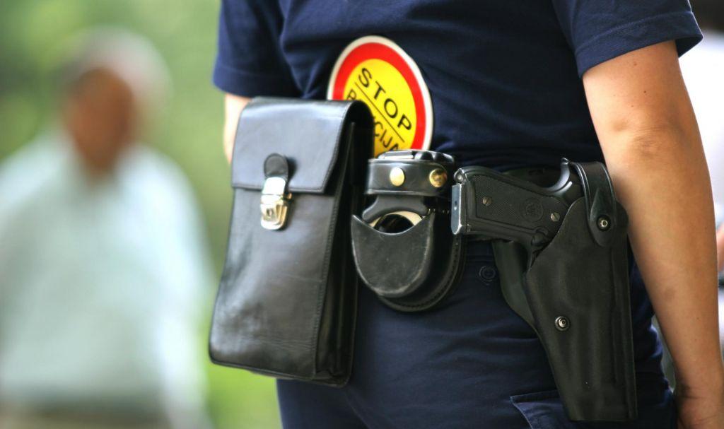 Strelca s pištolo policisti odkrili in obvladali