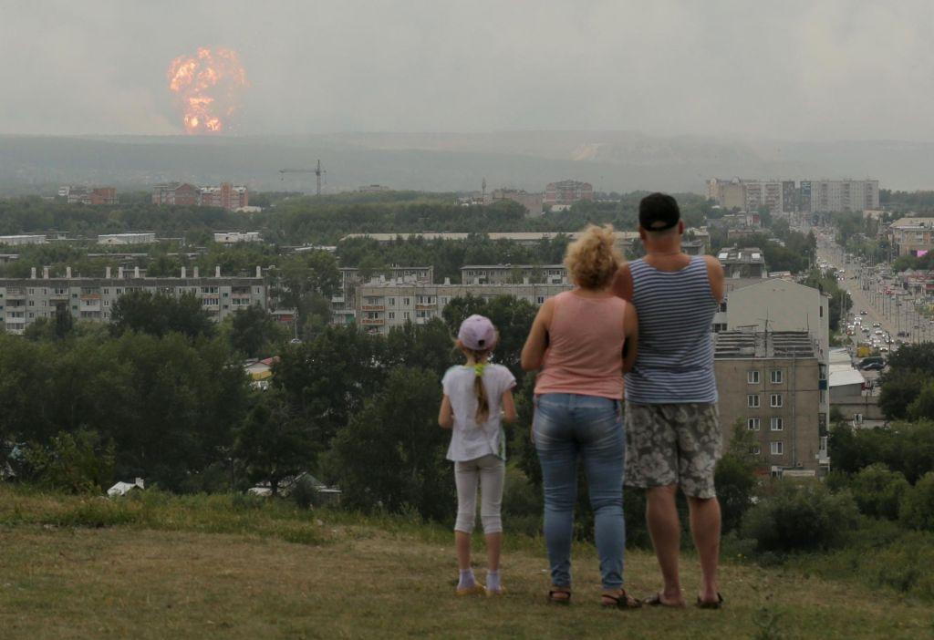 Neželeni ognjemet je pregnal okoli 10.000 ljudi