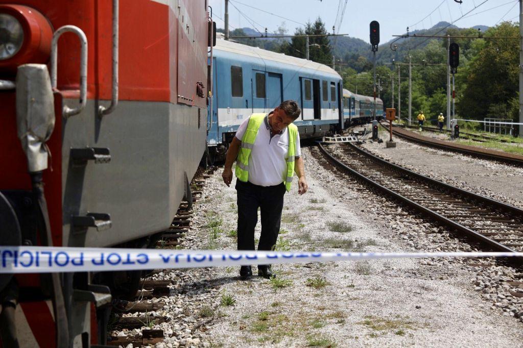 FOTO:Železniška proga Laško-Zidani Most po iztirjenju dveh vagonov znova prevozna
