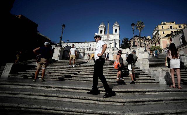 Španske stopnice sestavlja 138 stopnic. V 18. stoletju sta načrt zanje naredila arhitekta Francesco de Sanctis in Alessandro Specchi. Danes so ena najbolj priljubljenih rimskih turističnih točk. FOTO: Filippo Monteforte/AFP