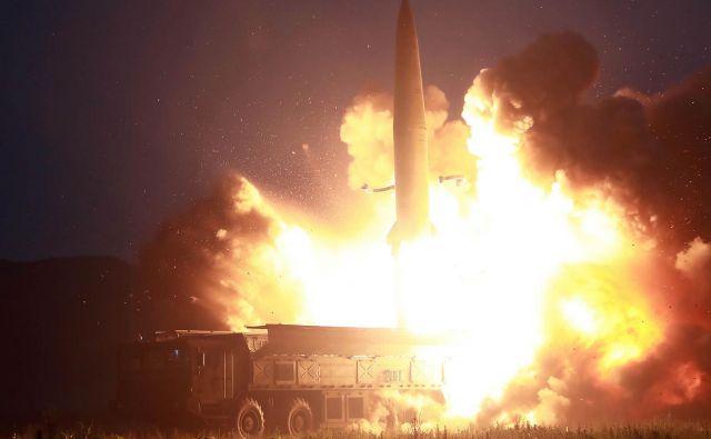 Izstrelitev »nove vrste taktično vodenih izstrelkov« je potrdila vojna zmogljivost tega orožja, poudarjajo severnokorejski mediji. FOTO: AFP