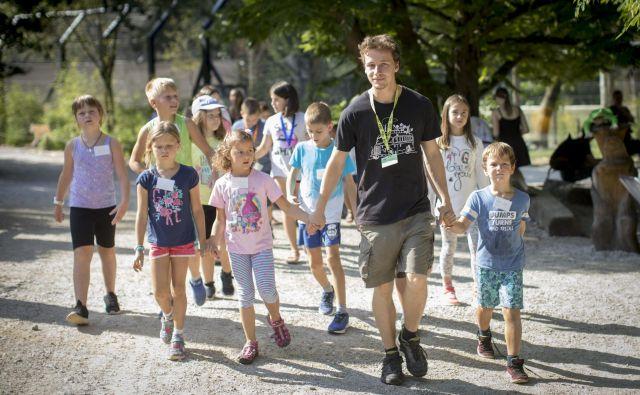 ◀ Vodnik Lucijan šolarje, stare od sedem do devet let, seznani s številnimi prebivalci živalskega vrta.