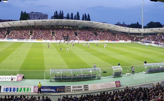 V Ljudskem vrtu se je zbralo dobrih 10.000 privržencev nogometašev Maribora. FOTO: Jernej Suhadolnik
