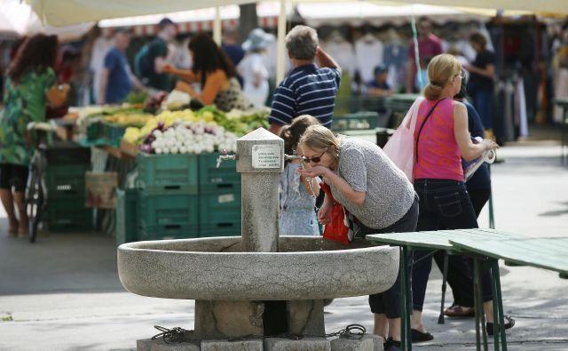 Pitja vode ne smemo nadomestiti s pitjem kave, pravega čaja, sladkih in alkoholnih pijač. Kofein in alkohol delujeta blago diuretično, kar dodatno pospešuje izločanje vode iz telesa, opozarja dr. Matej Gregorič iz NIJZ. Foto Leon Vidic