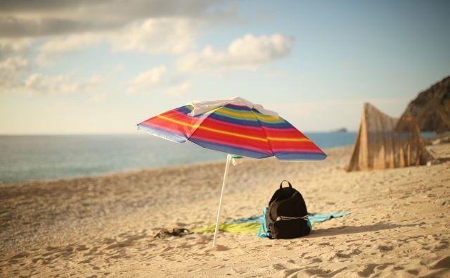 Ritem moderne pisarniške družbe pa je poletne mesece spremenil v ležerni čas kislih kumaric, »ležanja na plaži z možgani na off in čivavo na straži«. FOTO: Jure Eržen/Delo