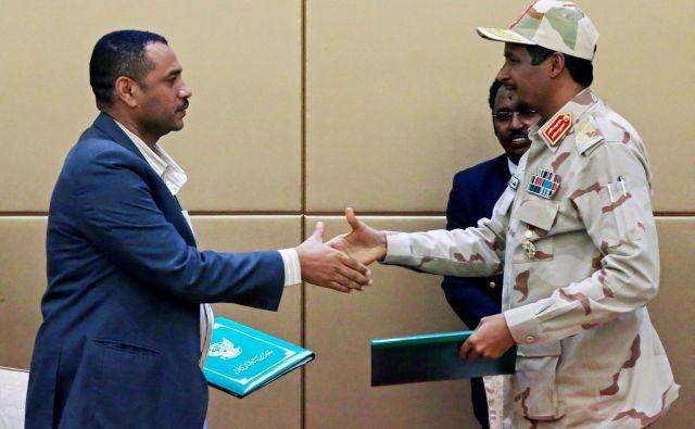 Dogovor o prehodnem vodenju države sta podpisala voditelj protestniškega gibanja Ahmad al Rabiah in zloglasni general Mohamed Hamdan Dagalo, ki bi lahko postal novi sudanski diktator. FOTO: Reuters