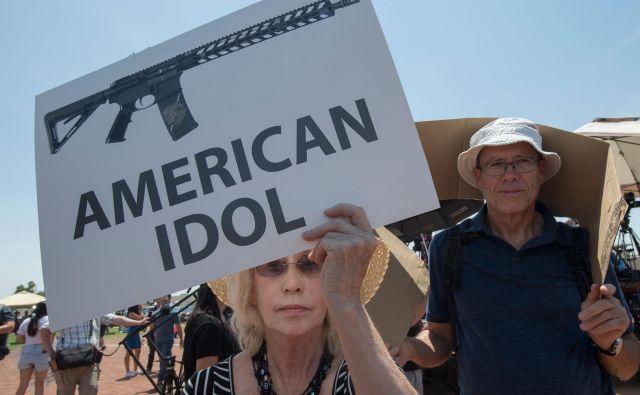 Ameriški predsednik Donald Trump je obiskal Dayton v Ohiu, kjer je strelec v nedeljo zjutraj ubil devet ljudi. Kasneje je odšel tudi v El Paso v Teksasu, kjer je v sobotnem strelskem napadu umrlo 22 ljudi. Pred odhodom je že zavrnil možnost, da bi v ZDA prepovedali polavtomatsko orožje. Prebivalci El Pasa protestirajo ob obisku Trumpa, ki je tolažil žrtve množičnega streljanja v Ohiu. FOTO: Mark Ralston/AFP