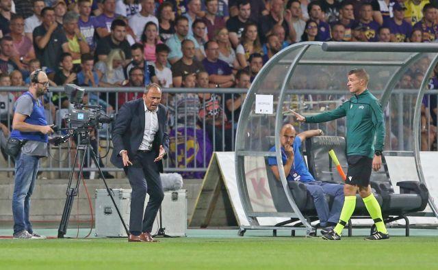 Darko Milanič je bil povsem v tekmi, opozarjal na napake, delil nasvete, spodbujal, a učinka ni bilo. FOTO: Tadej Regent/Delo