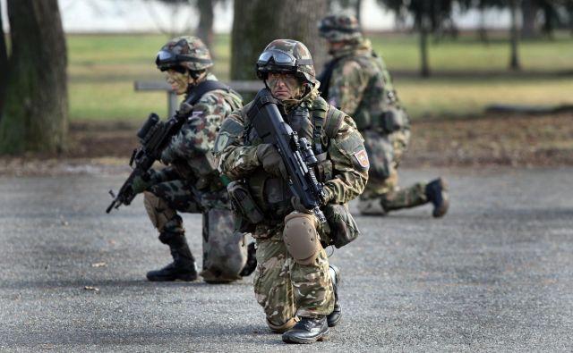 Pritožbe vojakov nad obutvijo so očitno zalegle. Dobili bodo nove modele škornjev. V Alpini pri tem pojasnjujejo, zakaj so novi vojaški škornji dobrih 40 odstotkov dražji kot doslej, na Hrvaškem pa se veselijo trimilijonskega posla s tkanino za nove uniforme. Vojaki bodo dobili tudi toplejše zimsko perilo. FOTO: Tadej Regent/Delo