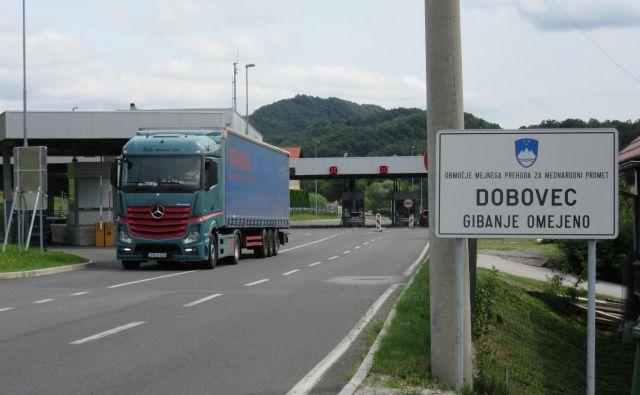 Na mejnem prehodu Dobovec je od 1. avgusta dovoljen prevoz težkih tovornih vozil, ki imajo sedež, naklad, doklad ali razklad na območju Krapine in Zagorja. FOTO: Špela Kuralt/Delo