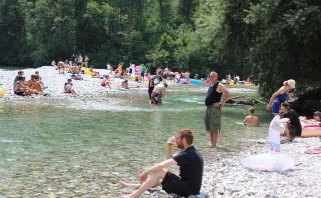 Takšno je kopališče na sotočju Tolminke in Soče v času glasbenih festivalov. Fotografije Blaž Močnik