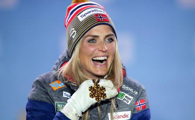 Therese Johaug se je takole veselila ene od treh zlatih kolajn, ki si jih je februarja letos pritekla na nordijskem SP v Seefeldu. FOTO: Reuters