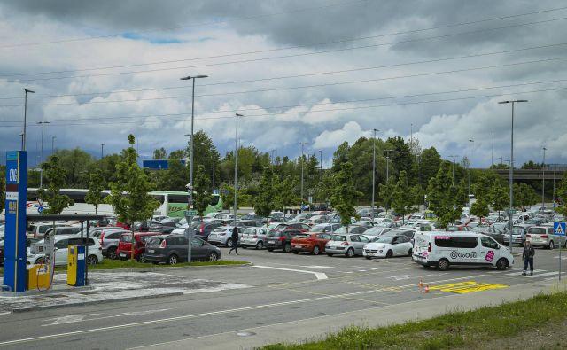 Parkirišče P+R na Dolgem mostu je med dnevnimi migranti v Ljubljani eno najbolj priljubljenih. Foto: Jože Suhadolnik