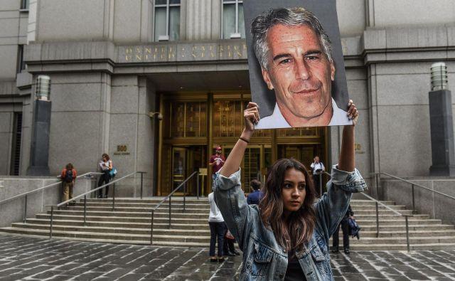 Epstein je umrl le dober dan po odločitvi prizivnega sodišča za umik tajnosti z več kot 2000 strani dokumentov iz prejšnjih tožb proti njemu. Foto AFP