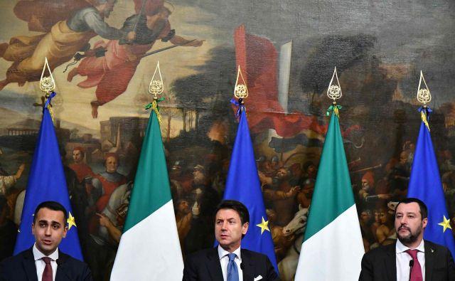 Zaupanje med glavnimi protagonisti, vodjo Gibanja 5 zvezd Luigijem di Maiem, predsednikom vlade Giuseppejem Contejem in vodjo Lige Matteom Salvinijem se zdi dokončno porušeno. Foto AFP