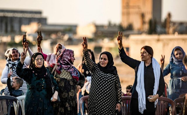 Protest kurdskih žensk na sirsko-turški meji. FOTO: AFP