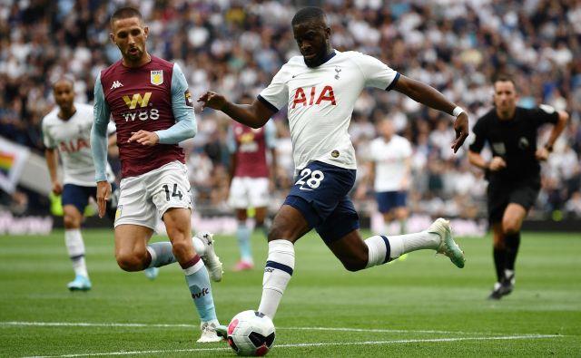 Tanguy Ndombele je v prvi tekmi za Tottenham dosegel gol za izenačenje in odprl pot k zmagi nad Aston Villo.<br /> FOTO: AFP