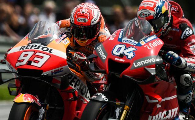 Marc Marquez (93) in Andrea Dovizioso (04) sta uprizorila pravi spektakel. FOTO: AFP