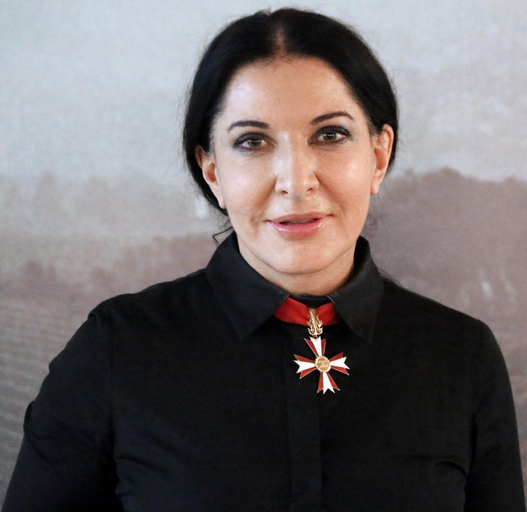 FOTO:Marina Abramović se vznemirjena vrača domov