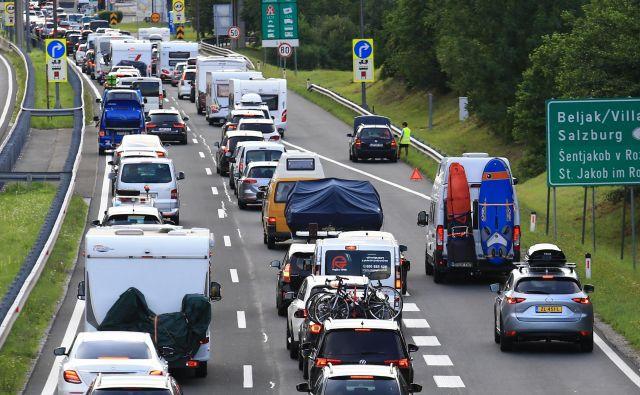 Danes velja splošna omejitev prometa za tovorna vozila nad 7,5 tone, na primorskih cestah do 16. ure, po ostalih cestah v državi pa od 8. do 13. ure. FOTO: Tomi Lombar