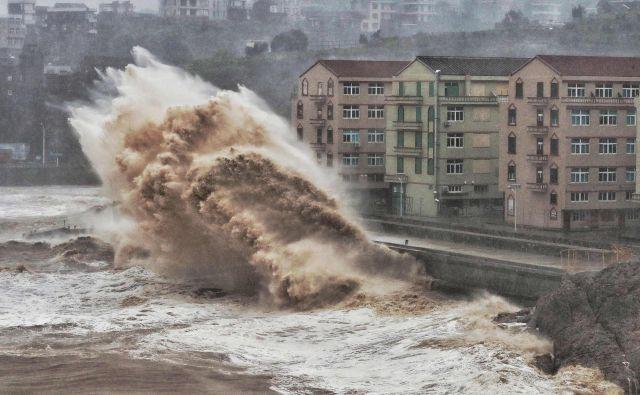 Tajfun je sicer od petka nekoliko oslabel, zato so kitajske oblasti stopnjo vremenske ogroženosti z najvišje znižale za eno stopnjo. FOTO: AFP