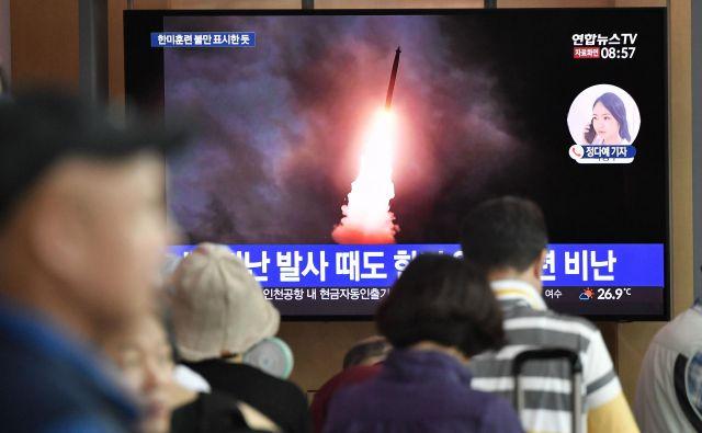 Ob prejšnjih izstrelitvah raket je Pjongjang opozarjal Seul, naj preneha uvažati visokotehnološko orožje ter se odpove skupnim vojaškim vajam z ZDA. FOTO: Jung Yeon-je/AFP