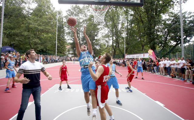 Pametno igrišče v Tivoliju je postavljeno, zdaj naj ga »uničujejo« nadobudni košarkarji. FOTO: Roman Šipić/Delo