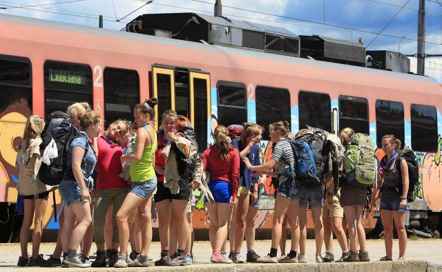 Slovenija, Ljubljana, 16.07.2012 - Mladi z nahrbtniki na potovanju z vlakom. Foto: Leon VIDIC/DELO Foto