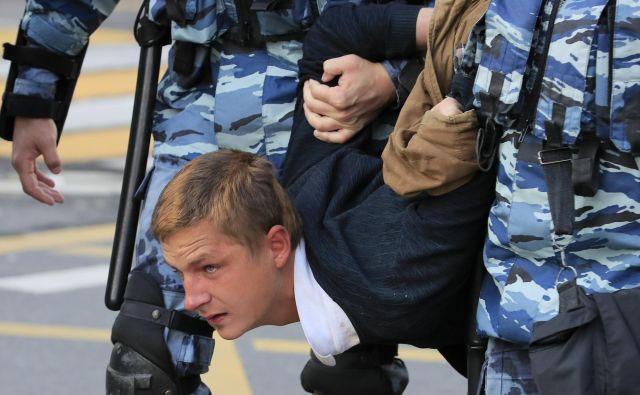 Na sobotnih dovoljenih demonstracijah so v Moskvi aretirali »samo« 256 ljudi. FOTO: Reuters